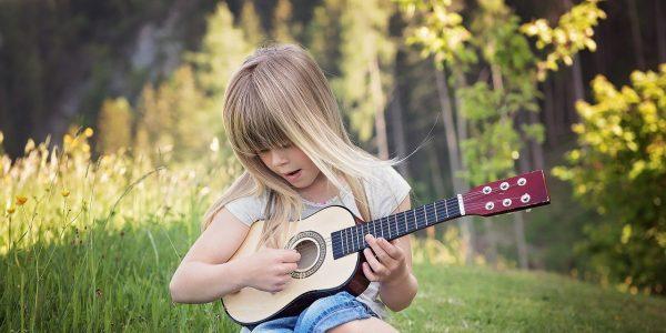 La musica es un auténtico regalo, encuentralo en nuestra sección de guitarras para niños