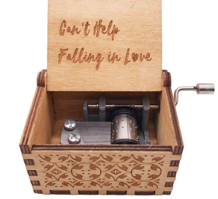 Caja de música de madera con18 notas de la canciónCan't Help Falling In Love
